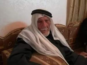 """بالفيديو .. عريس أردني يشعل مواقع التواصل بدخوله لـ""""عش الزوجية"""" بعمر 103 عاماً و 80 حفيداً يباركون له"""