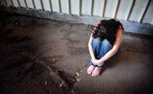أب يحرم ابنته من الطعام والشراب ويعذبها حتى الموت