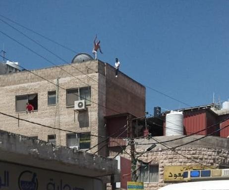 ثني شابين عن الانتحار من فوق مجمع تجاري بجرش