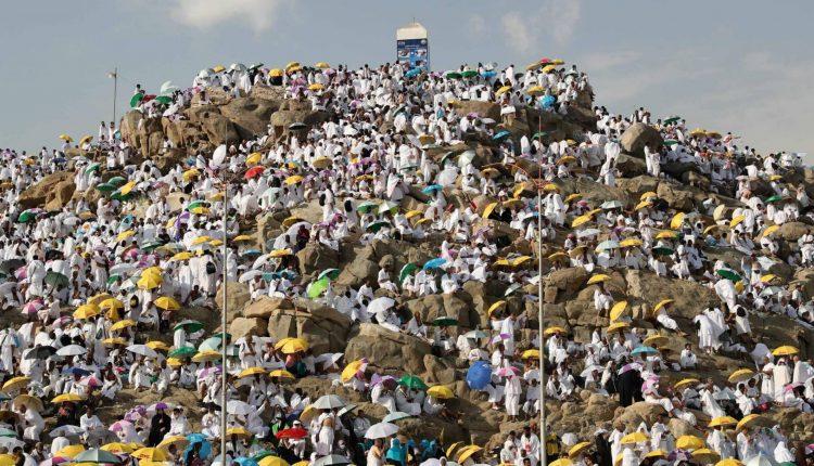 الحجاج يقفون اليوم على صعيد عرفات