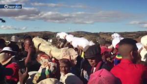طقوس غريبة .. قبائل مدغشقر تُخرج الجثث من القبور وترقص معها! (فيديو)