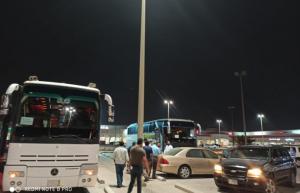 """وصول أولى حافلات الأردنيين العائدين من السعودية إلى معبر """"الحديثة/ العمري"""""""