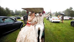 """عروسان """"يتحايلان على كورونا"""" بطريقة مبتكرة ويقيمان عرسهما بحضور 250 ضيفا"""