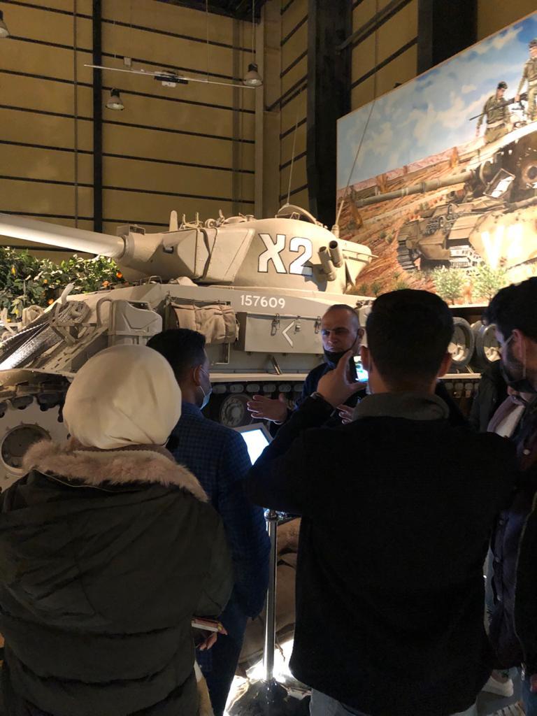 وفد من طلبة كلية الإعلام يزورون متحف الدبابات الملكي