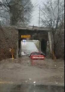 بالفيديو :سائق أرعن يغرق سيارته في بركة من الماء بعد قرار غبي