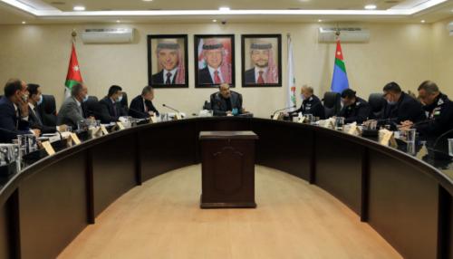 وزير الداخلية يترأس اجتماعاً حول الالتزام بأوامر الدفاع و أوقات الحظر المُحدد للأفراد و المنشآت