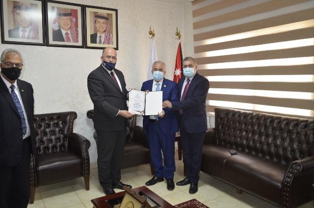 عمان الاهلية تتسلم شهادات ضمان الجودة لكليات : الحقوق والصيدلة وتقنية المعلومات والأعمال