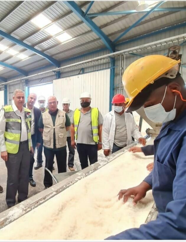 المهندس أبو هديب يزور شركة النميرة في غور الصافي ويؤكد أهمية إيجاد قنوات تسويقية متنوعة لمنتجاتها
