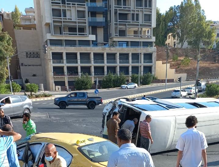 بالصور .. اصابة 14 شخص بحادث تصادم باص عمومي تحت جسر عبدون