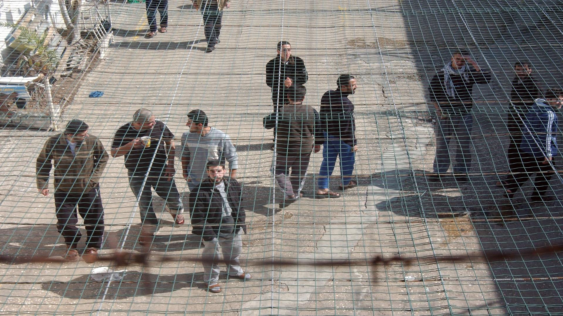 أكثر من 1300 أسير فلسطيني يبدأون إضرابا مفتوحا عن الطعام